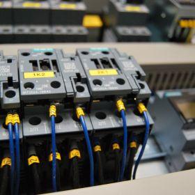 Schematy elektryczne / Prefabrykacja szaf / Programowanie PLC+HMI / Safety Maszyn