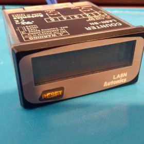 Tablicowy miernik licznik impulsów Autonics LA8N