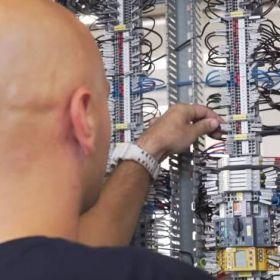 W jaki sposób tworzone są instalacje elektryczne hal produkcyjnych?