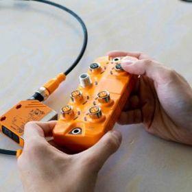 Pierwsze kroki z IO-Link - Unboxing zestawu startowego ZZ1100 ifm electronic